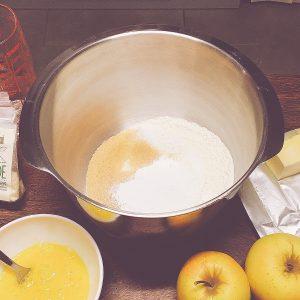 Étape 1 : Mélanger la farine, la levure et les sucres