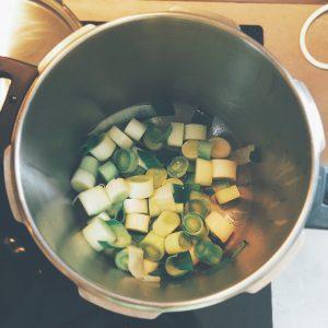 Étape 2 : Faire chauffer une cocotte avec un fond d'huile d'olive en y faisant revenir le poireau