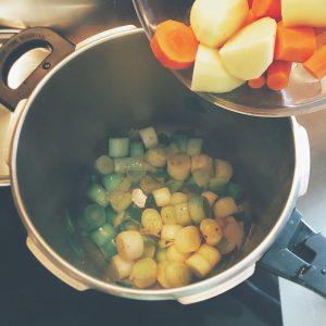 Étape 3 : Une fois les poireaux revenus, ajouter les pommes de terre et carottes