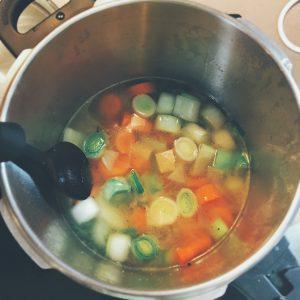 Étape 4 : Ajouter l'eau pour recouvrir les légumes ainsi que le bouillon cube
