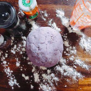 Étape 2 : Confectionner la pâte en ajoutant 100gr de farine