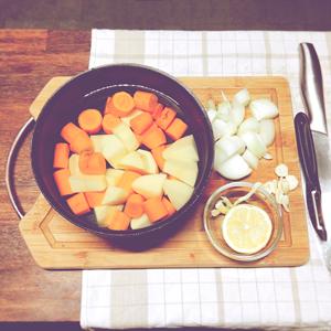 Étape 1 : Laver et couper tous les légumes en gros morceaux